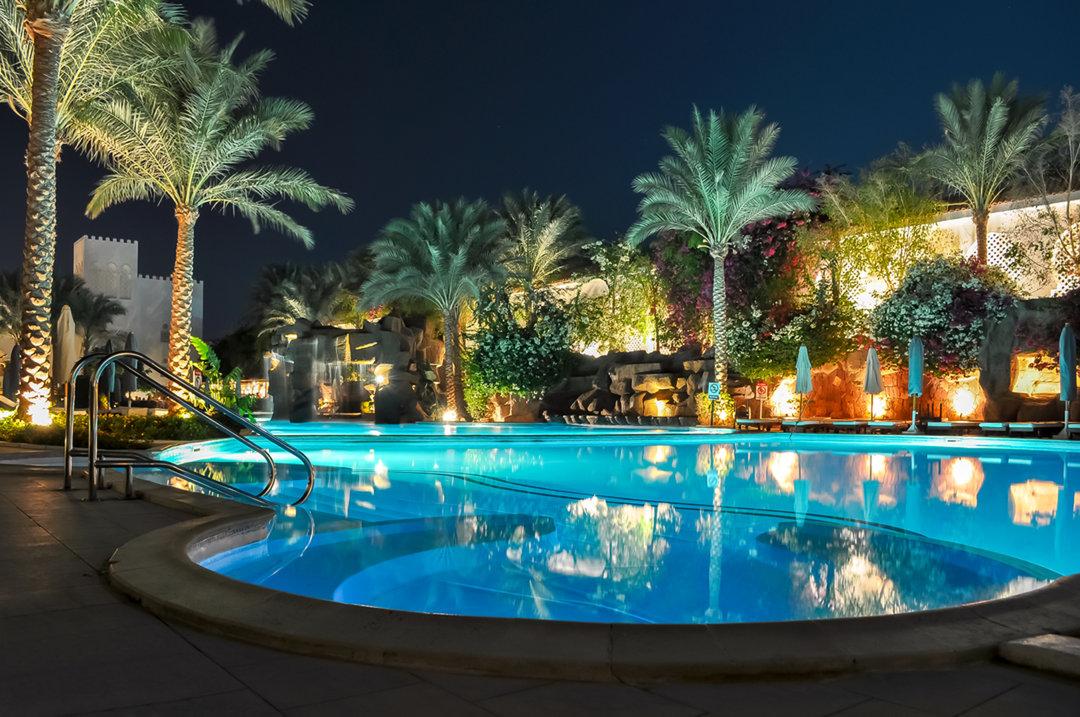 l'éclairage led submersible sublime la piscine de votre hôtel