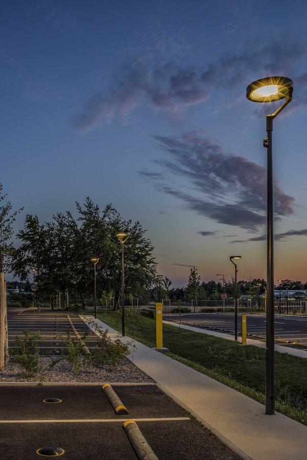 un parking éclairé et sécurisé avec l'éclairage public mc diffusion